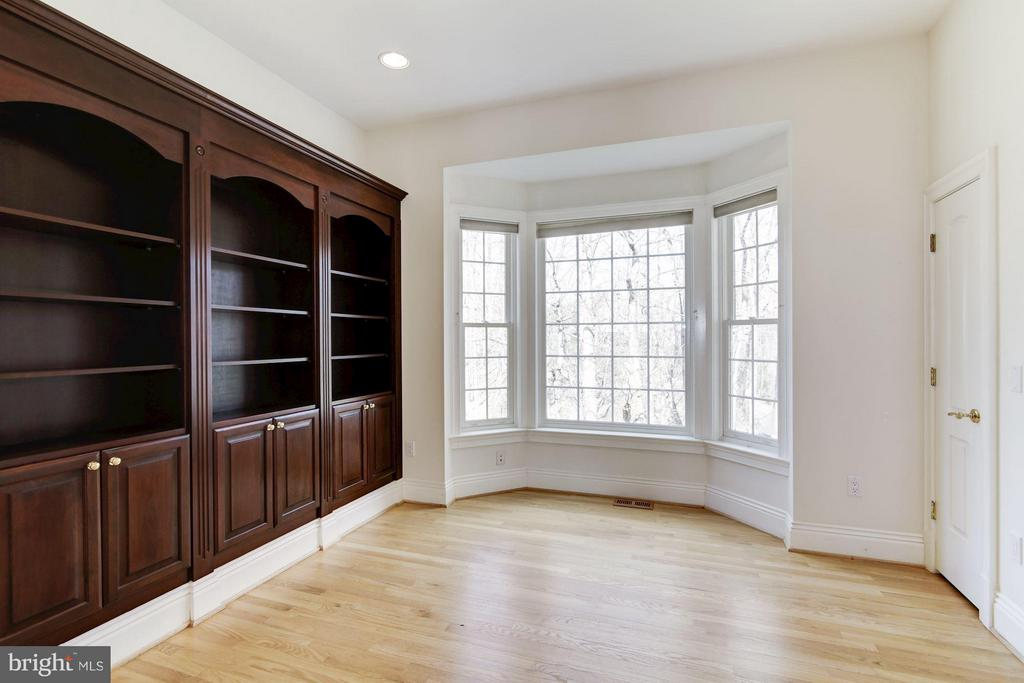 Light-filled Den with cherry bookcases, hardwoods - 11308 HEARTH CT, GREAT FALLS