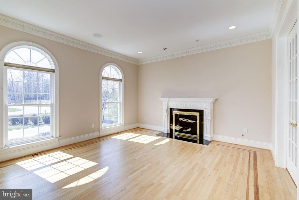 Inlaid hardwood, arched windows, marble fireplace - 11308 HEARTH CT, GREAT FALLS