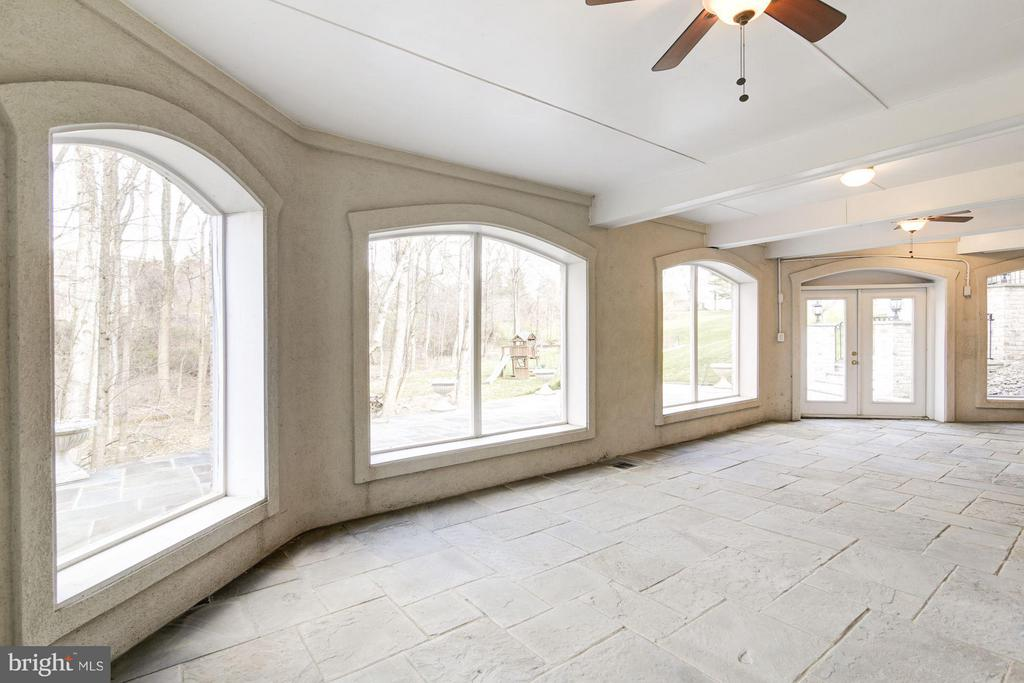 Screened Loggia with flagstone floor - 11308 HEARTH CT, GREAT FALLS