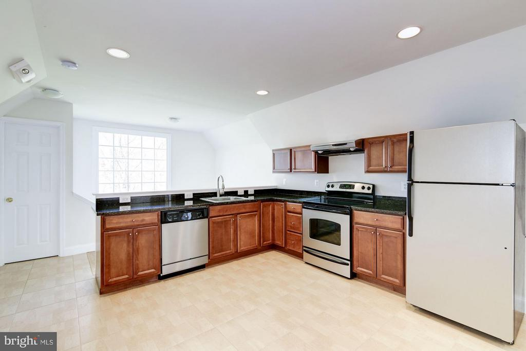 Separate 2 Bedroom Appt w/ Full Kitchen - 11308 HEARTH CT, GREAT FALLS