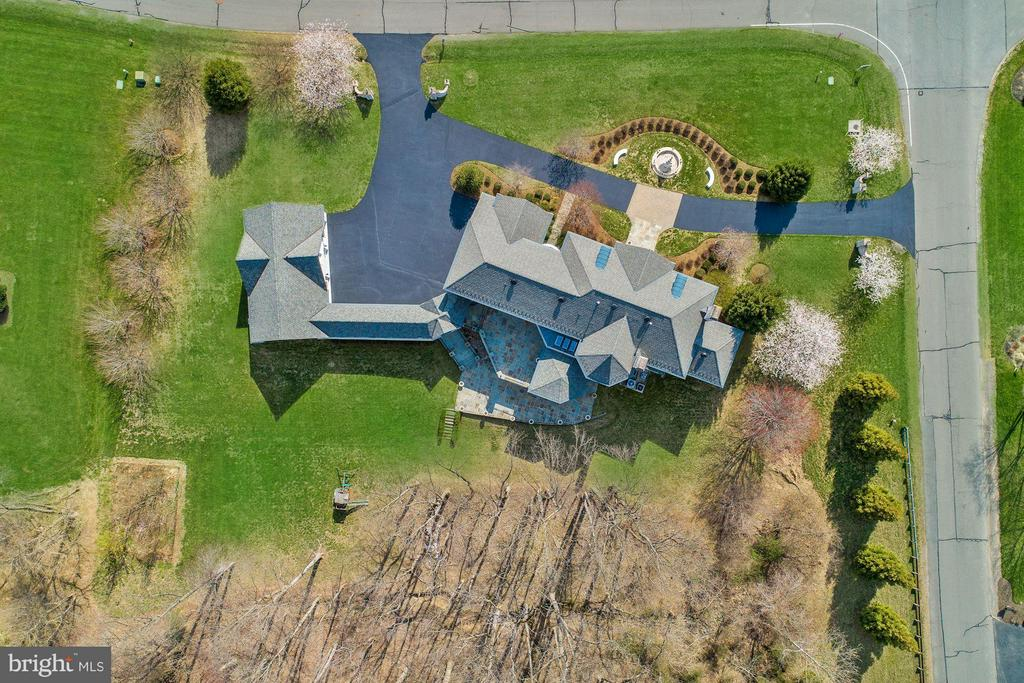Lovely Estate with SIX car garage. - 11308 HEARTH CT, GREAT FALLS