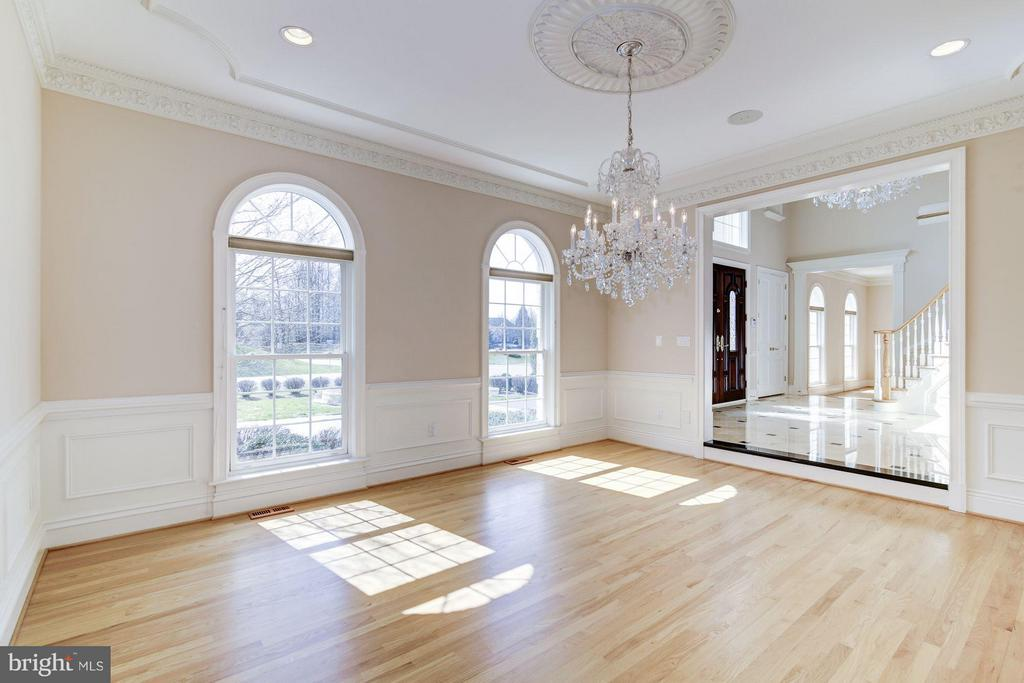 Sanded in place hardwoods, crystal chandelier - 11308 HEARTH CT, GREAT FALLS
