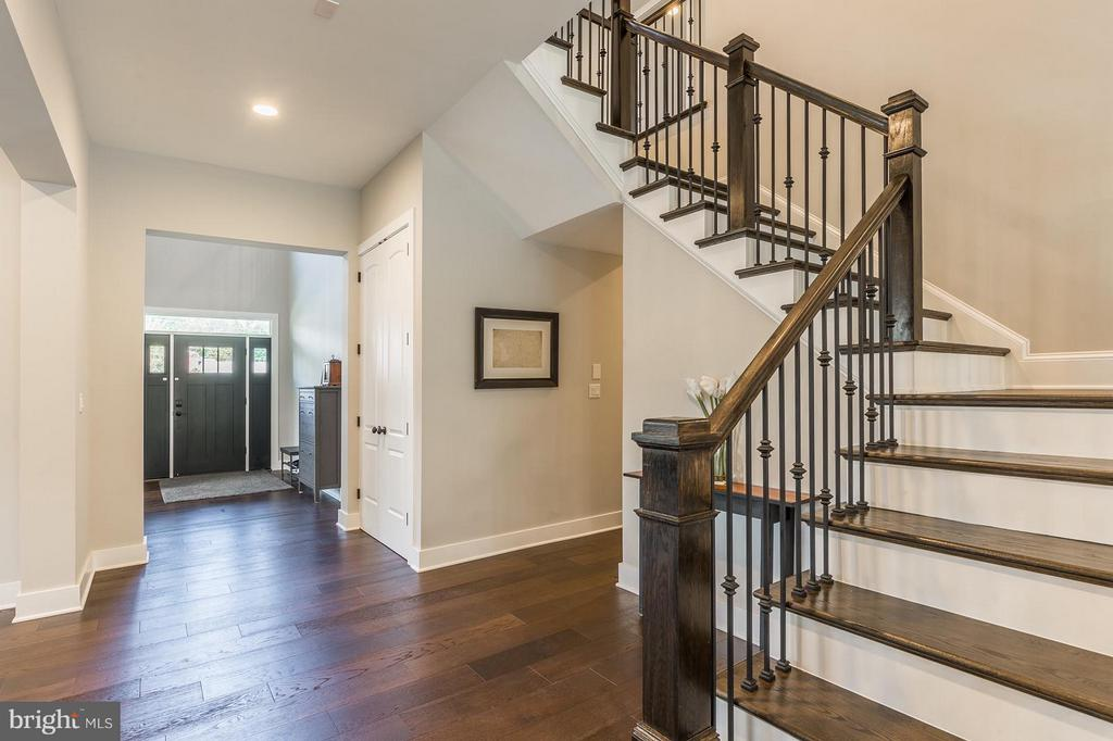 Grand stairs case leading to the 2nd floor - 7337 PAXTON RD, FALLS CHURCH