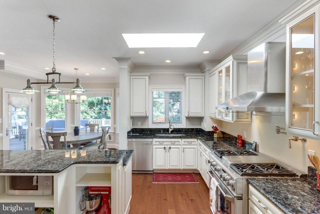 Kitchen - Custom Cabinetry & Lighting - 2138 PATRICK HENRY DR, ARLINGTON