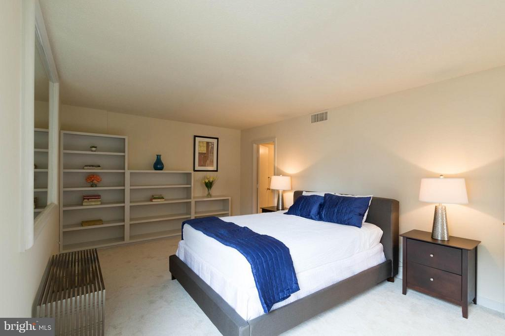 Large Master Suite w/ Built-In Book case - 1099 22ND ST NW #811, WASHINGTON