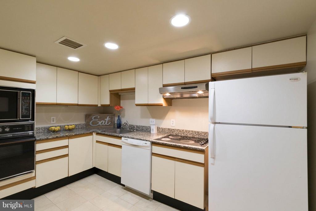Kitchen w/ possibilities - 1099 22ND ST NW #811, WASHINGTON