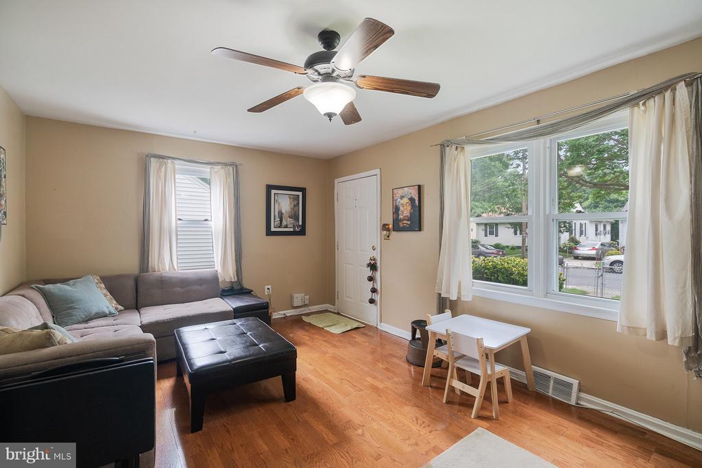 Living Room - 5010 SHERIDAN ST, RIVERDALE