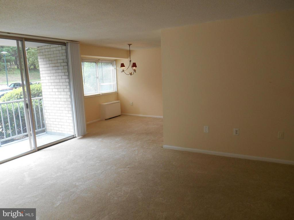 Spacious living room - 2500 VAN DORN ST N #124, ALEXANDRIA