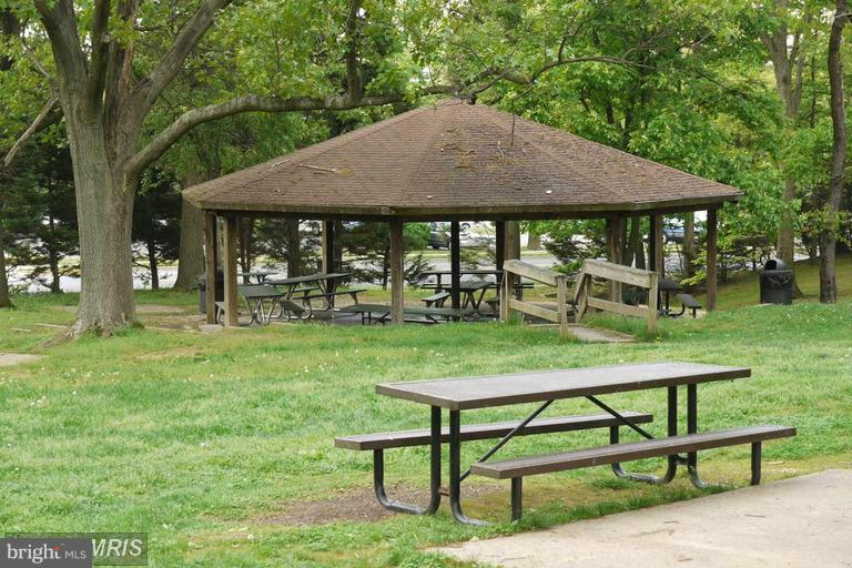 Park across the street with picnic area - 2500 VAN DORN ST N #124, ALEXANDRIA