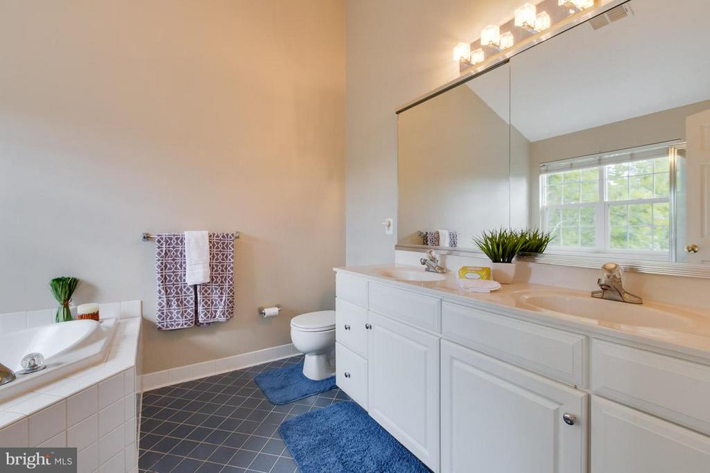 Double sinks in master bath - 43573 DUNHILL CUP SQ, ASHBURN