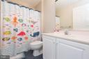 Upper level hall Bath with bathtub shower combo - 43573 DUNHILL CUP SQ, ASHBURN