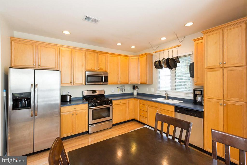 Kitchen with ample storage - 43573 DUNHILL CUP SQ, ASHBURN