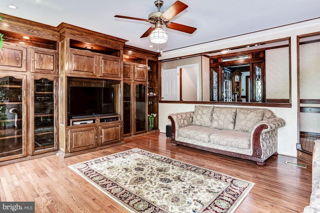 Solid custom built-ins - 6607 ENGLISH SADDLE CT, CENTREVILLE