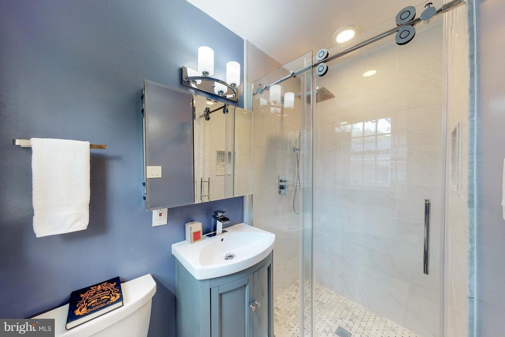 Bath Master beautifully finished - 5713 PALIN PL, ALEXANDRIA