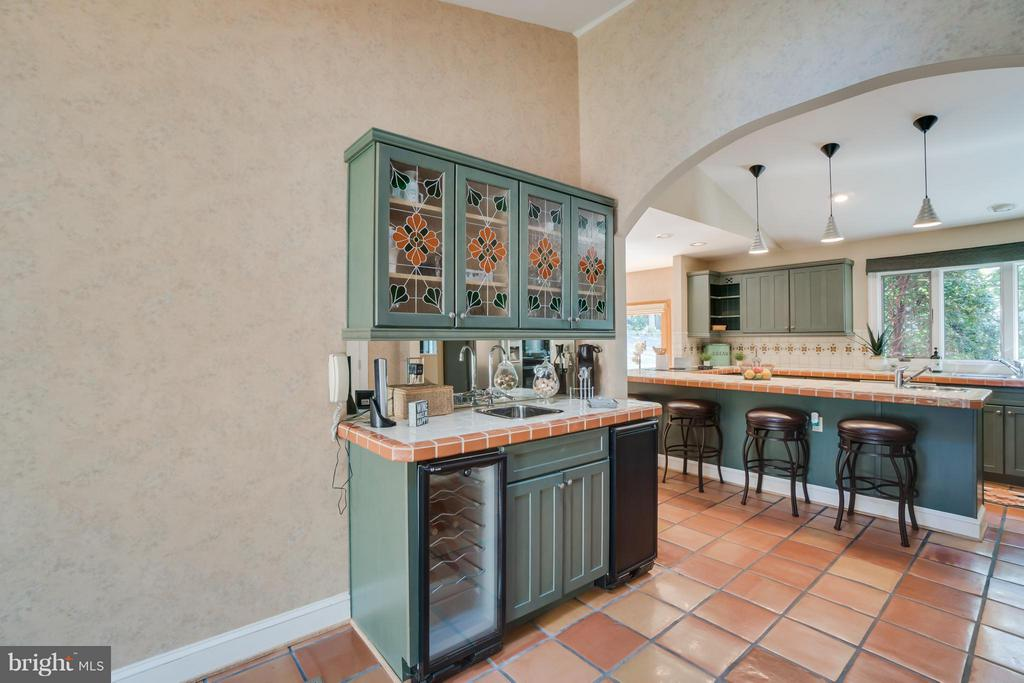 Wet bar with stained glass cabinet doors!!! - 232 BEACHSIDE CV, LOCUST GROVE