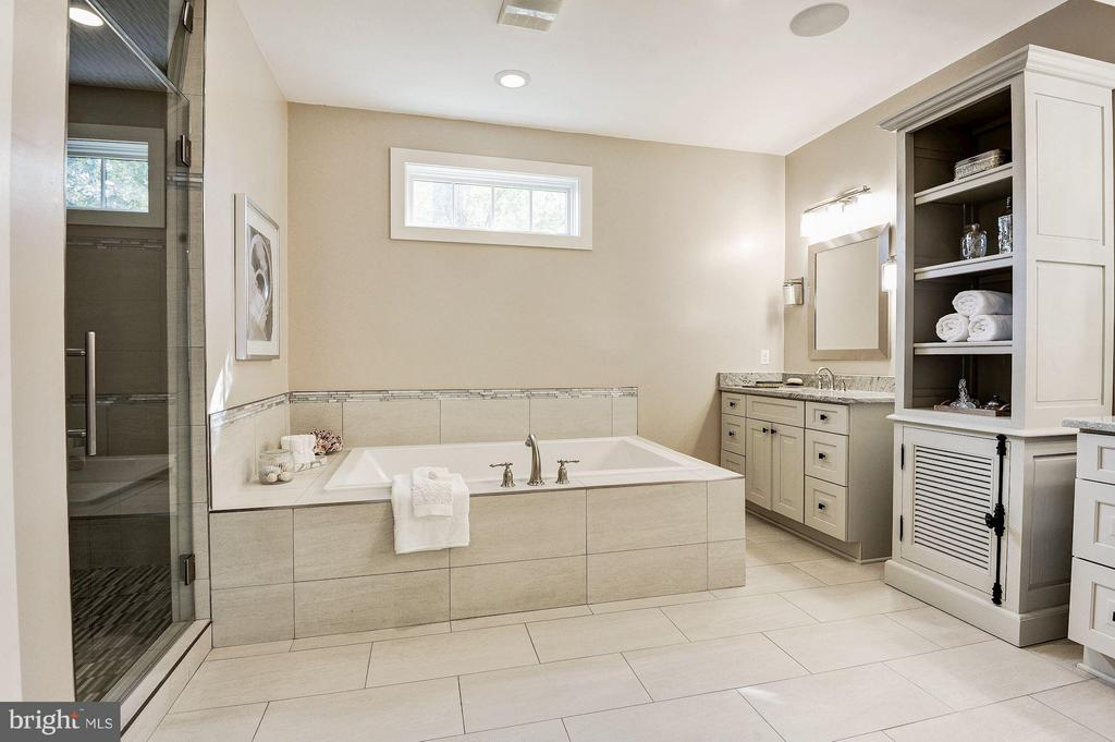 Bath (Master) - separate tub and shower - 2509 FOWLER ST, FALLS CHURCH
