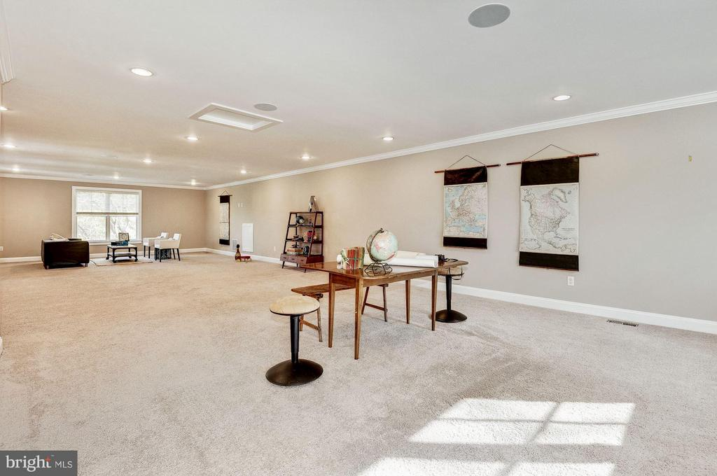 Upper level FamRm/AuPairSuite/play rm/craft area - 2509 FOWLER ST, FALLS CHURCH