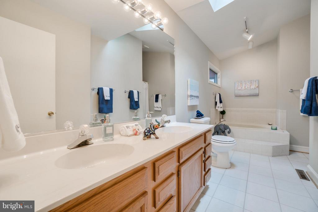 Main Level Master bath with Shower and Tub!!! - 232 BEACHSIDE CV, LOCUST GROVE