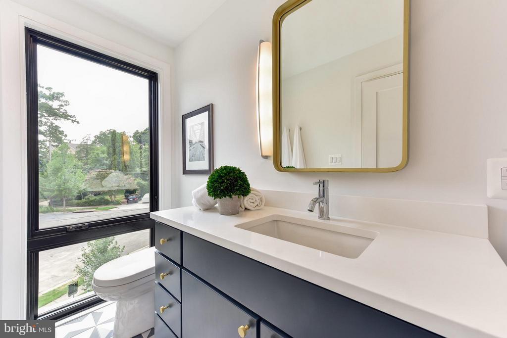 Second floor en-suite bathroom - 2829 1ST RD N, ARLINGTON
