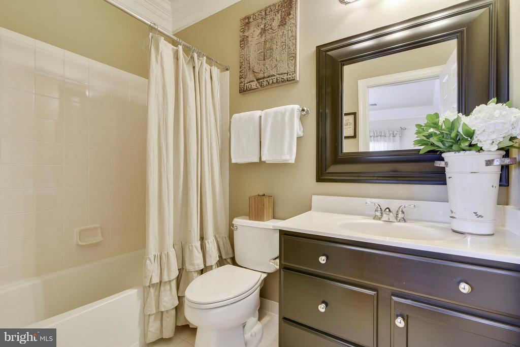 Guest suite bath. - 27744 PADDOCK TRAIL PL, CHANTILLY
