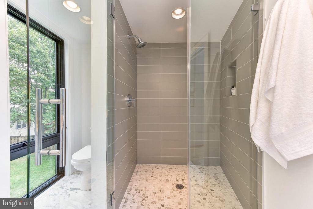Separate, luxurious shower - 2829 1ST RD N, ARLINGTON