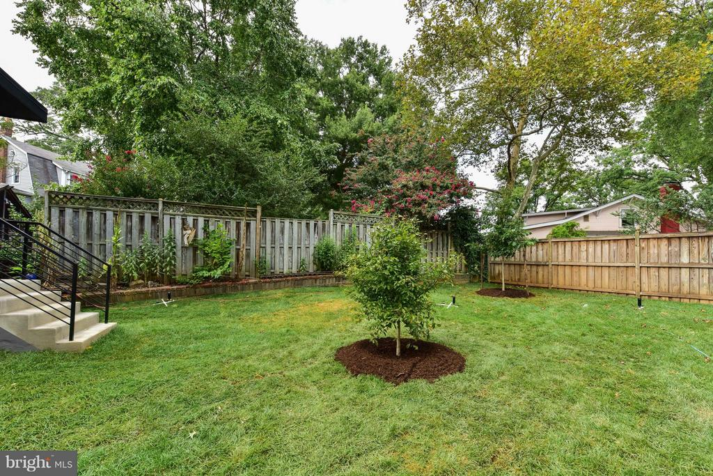 Lush, manageable backyard - 2829 1ST RD N, ARLINGTON