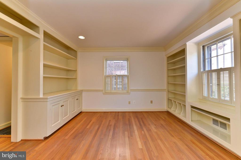 Library with Wood Floors & Built-in Bookcases - 112 CAMERON MEWS, ALEXANDRIA