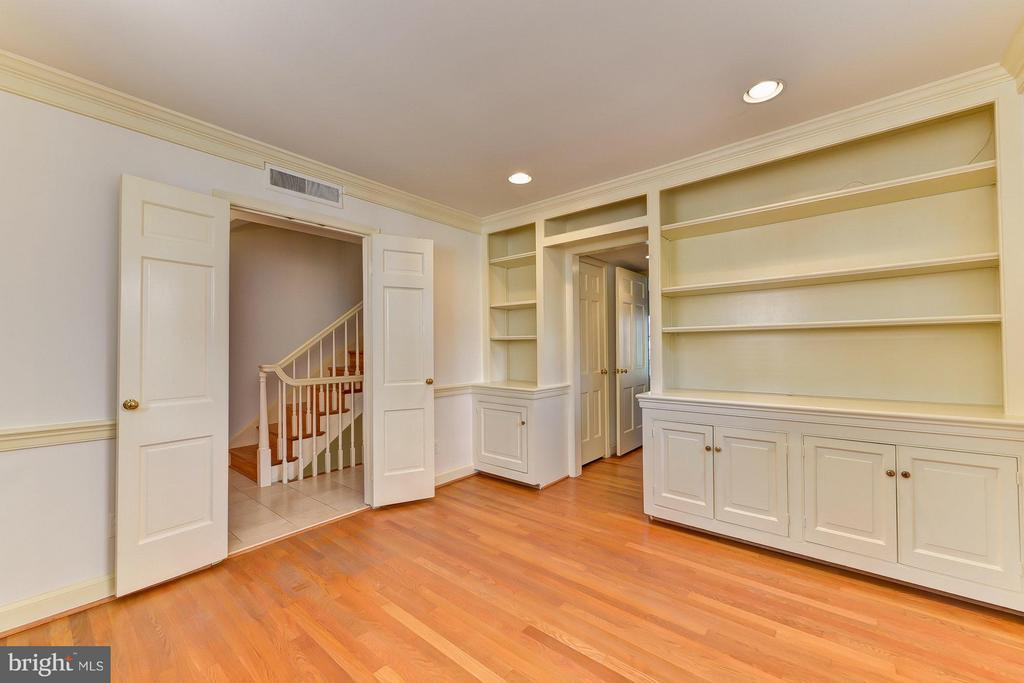 Library with Built-in Bookcases - 112 CAMERON MEWS, ALEXANDRIA
