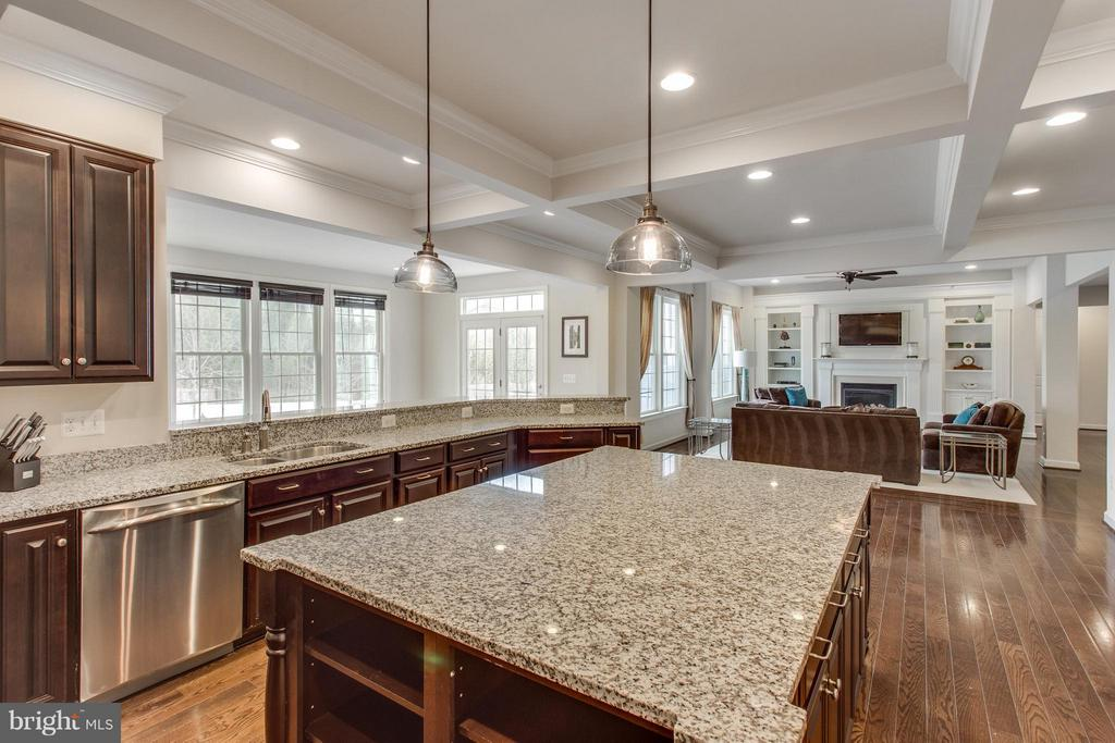 Cooks love the generous counter space and storage - 9427 FERRY LANDING CT, ALEXANDRIA