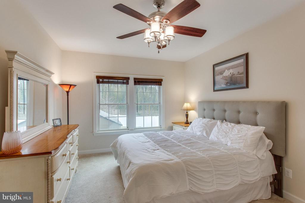 Rare Entry-level bedroom and full bath - 9427 FERRY LANDING CT, ALEXANDRIA