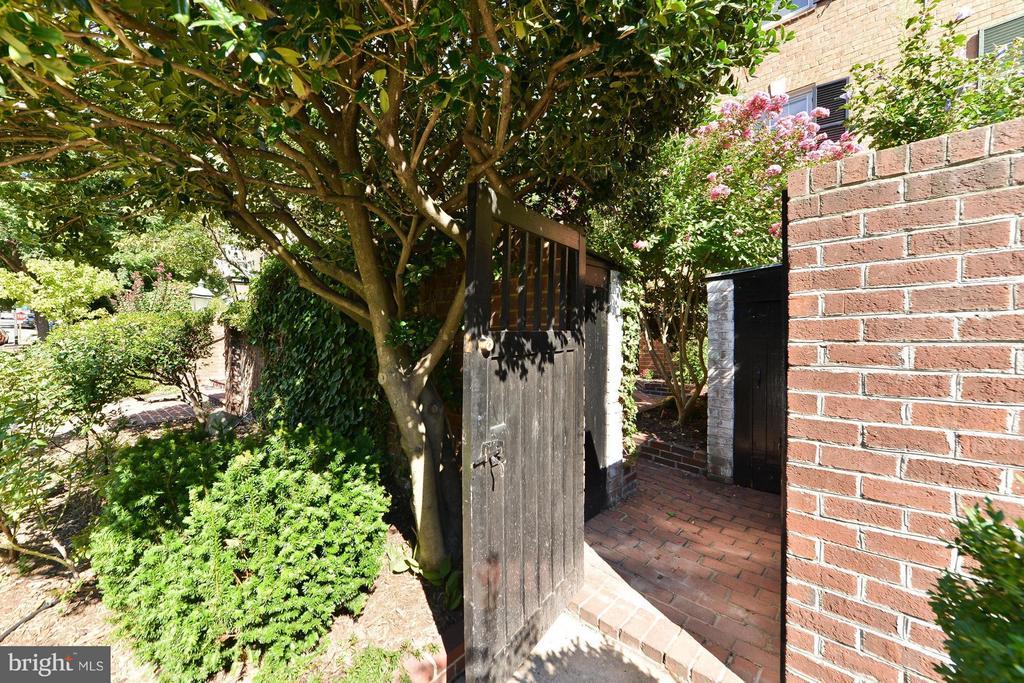 Back Gate to Garden - 112 CAMERON MEWS, ALEXANDRIA