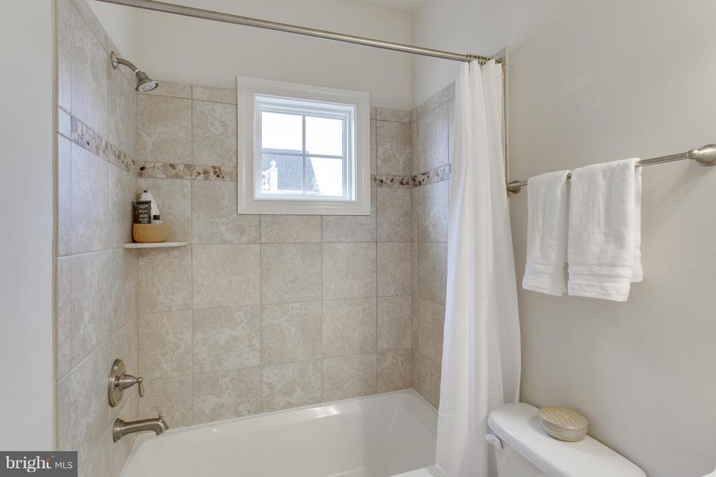 Full bath with tub shower on main level - 9427 FERRY LANDING CT, ALEXANDRIA
