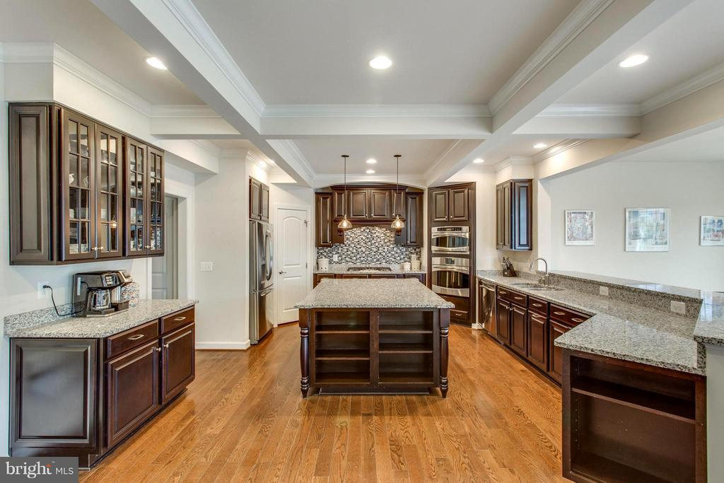 Gourmet kitchen w coffered ceilings and lg island - 9427 FERRY LANDING CT, ALEXANDRIA