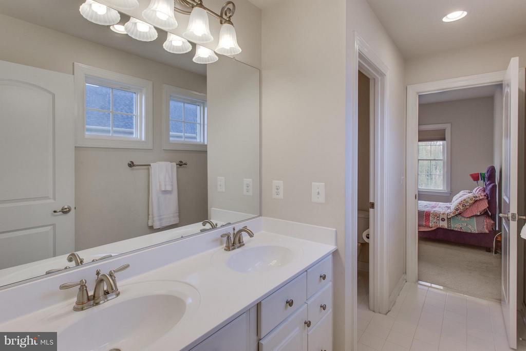 Jack and Jill bath - 9427 FERRY LANDING CT, ALEXANDRIA