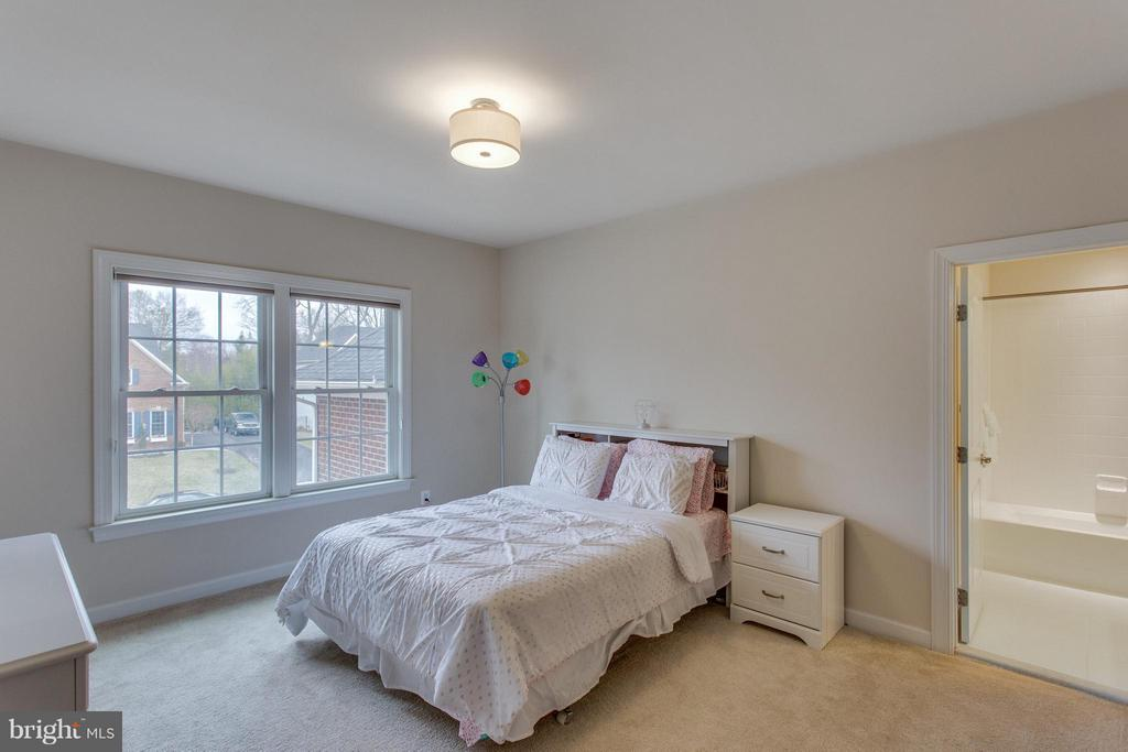 Fifth upstairs bedroom with en-suite bath - 9427 FERRY LANDING CT, ALEXANDRIA
