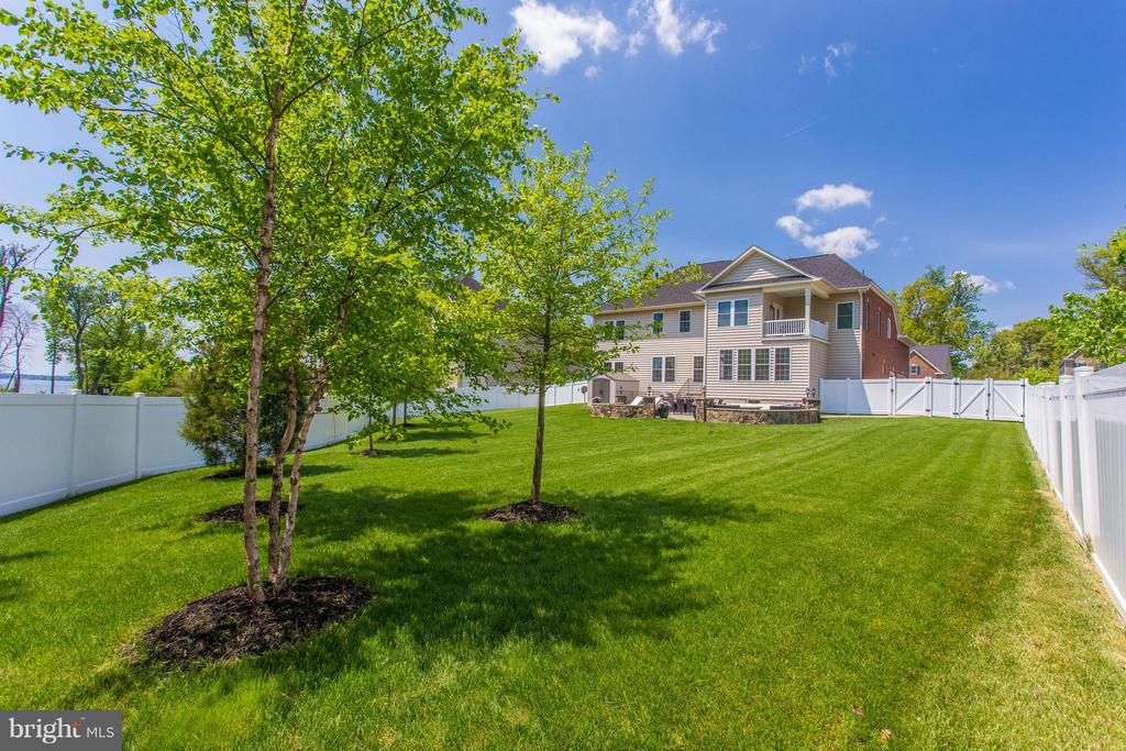 Lush fully fenced backyard with water views - 9427 FERRY LANDING CT, ALEXANDRIA