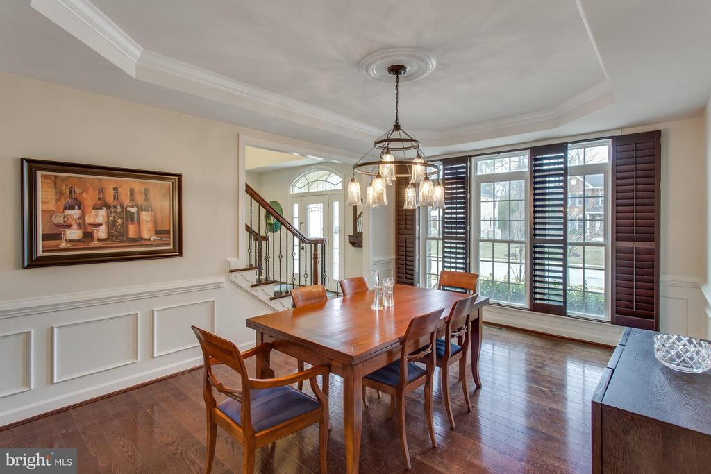 Formal dining with wainscoting and tray ceiling - 9427 FERRY LANDING CT, ALEXANDRIA