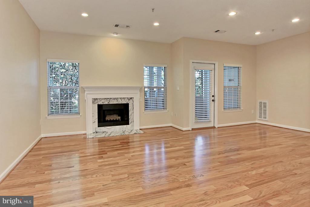 Thoughtfully renovated from top to bottom! - 1700 LAKE SHORE CREST DR #15, RESTON