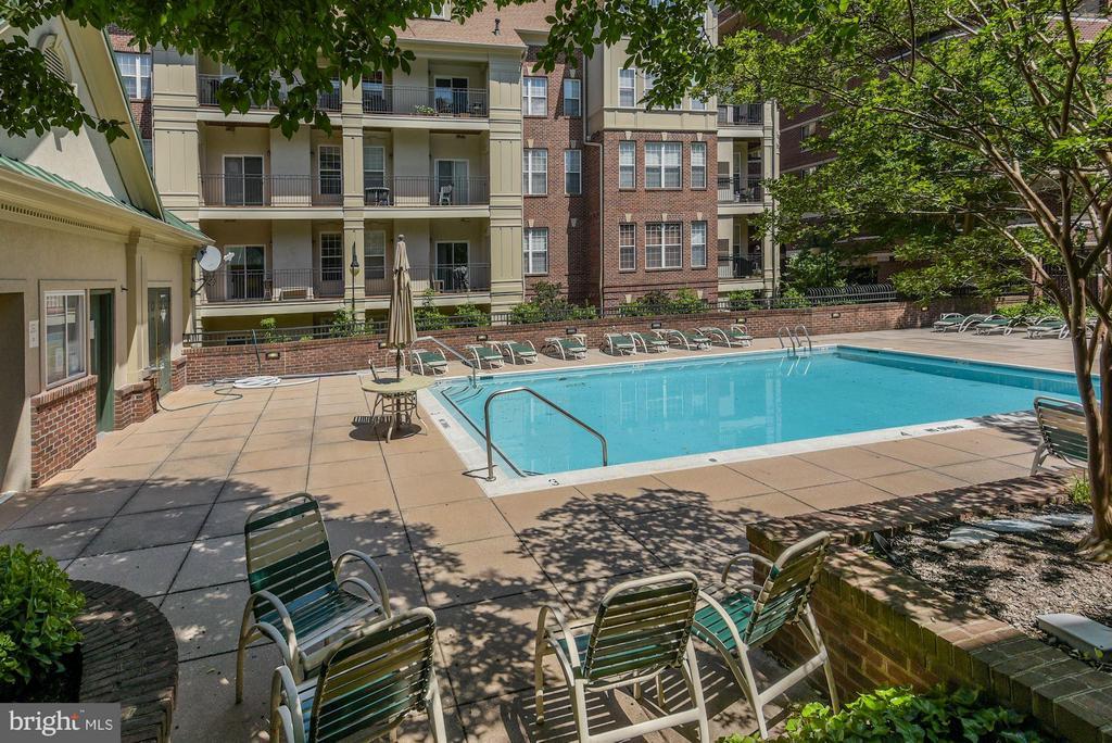 Fantastic pool to enjoy during the summer - 2330 14TH ST N #201, ARLINGTON