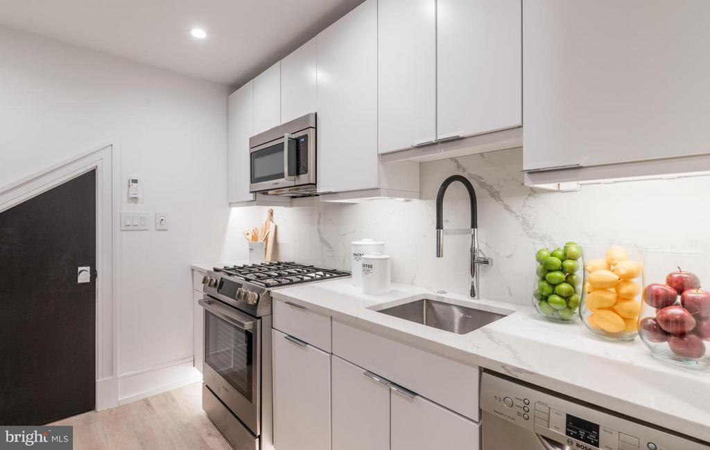 Grohe Essence faucet & gas cooking - 1524 18TH ST NW #1, WASHINGTON