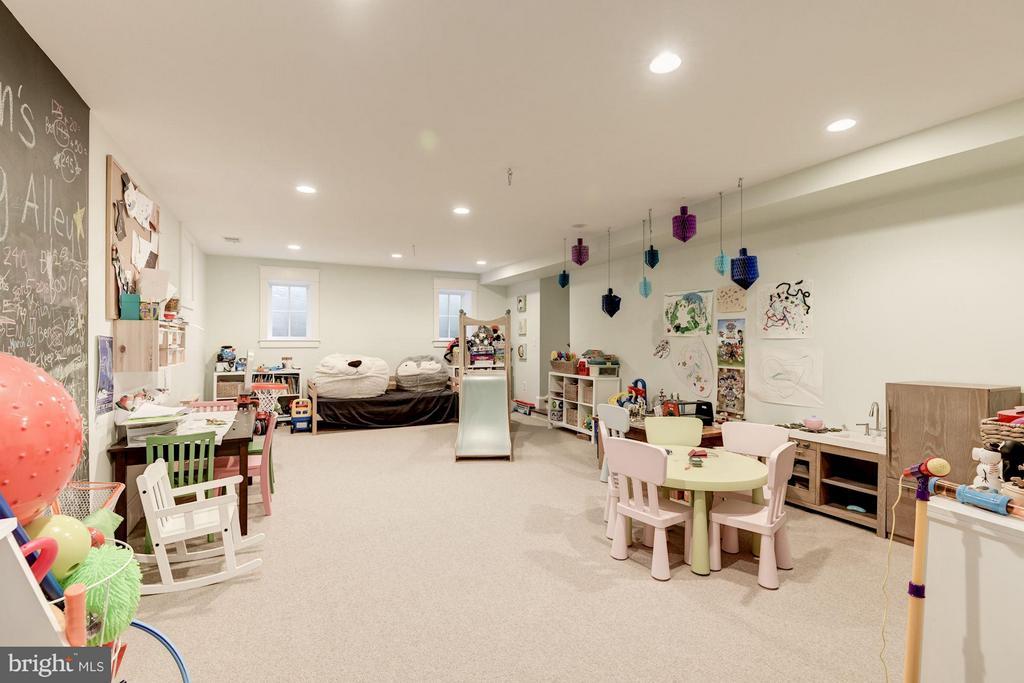 Recreation Room - 511 LINCOLN ST N, ARLINGTON