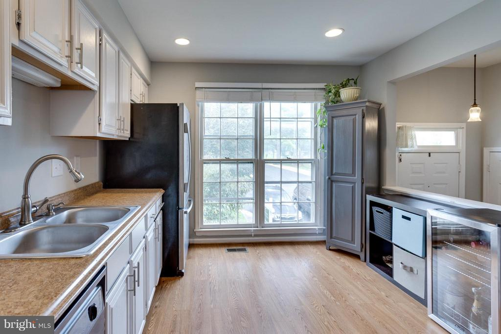 Large window brings in lots of light - 4253 FOX LAKE DR, FAIRFAX