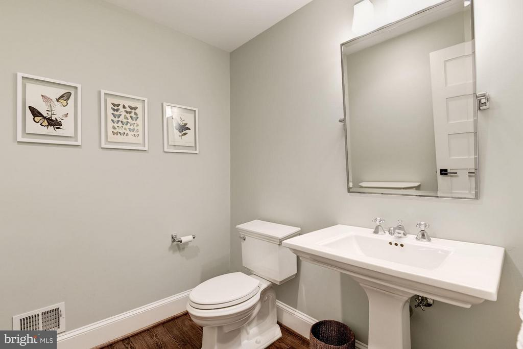 Main Level Powder Room - 511 LINCOLN ST N, ARLINGTON