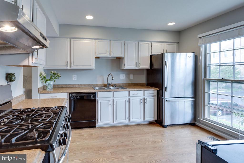 Beautifully updated kitchen - 4253 FOX LAKE DR, FAIRFAX