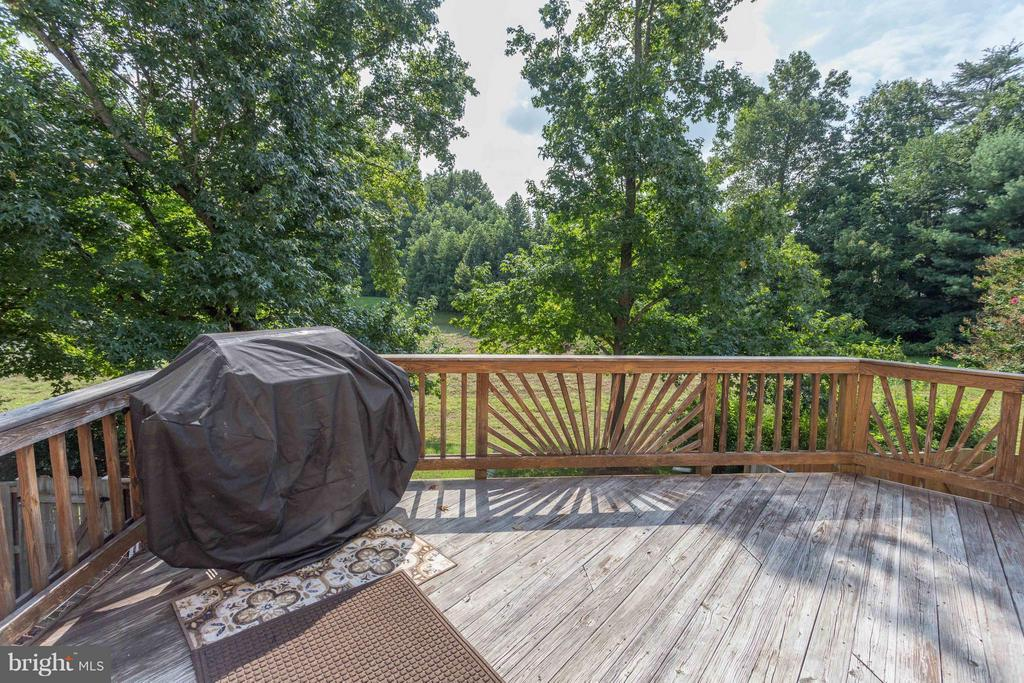 Large deck backs to woods - great privacy! - 4253 FOX LAKE DR, FAIRFAX