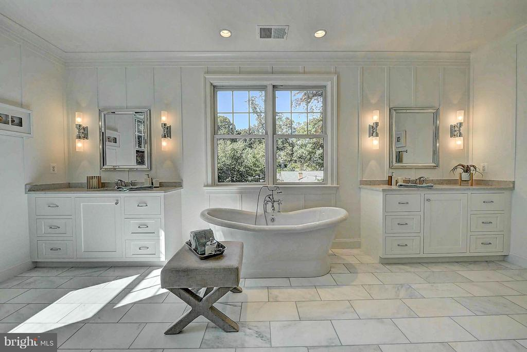 Master Bath, Vintage Tub & His/Her Vanities - 8621 MCHENRY ST, VIENNA