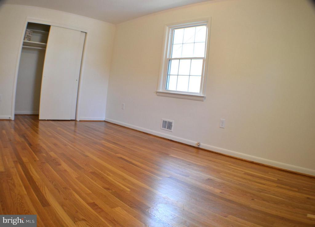 Large bright sunny bedroom. - 3804 14TH ST N, ARLINGTON