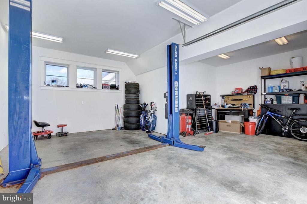 Garage w/ Lift & Workshop - 4957 ROCK SPRING RD, ARLINGTON