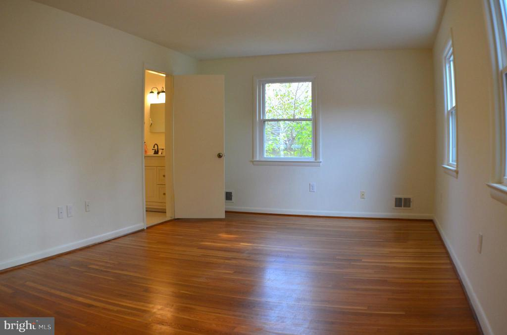 Wood floors w/ plenty of room for a king size bed. - 3804 14TH ST N, ARLINGTON
