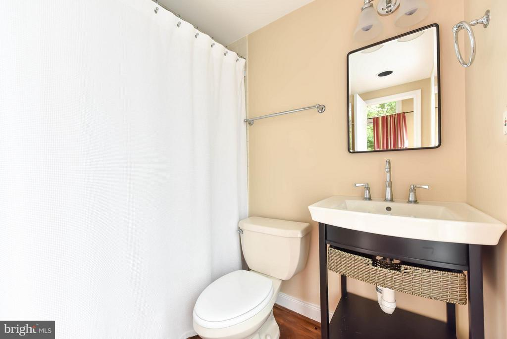 The private full bath makes this an inviting space - 727 LEE ST S, ALEXANDRIA
